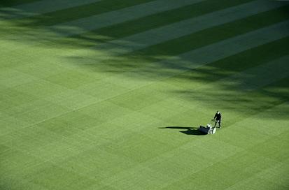 Om du har liten eller stor gräsmatta påverkar vilken typ av gräsklippare som passar bäst.
