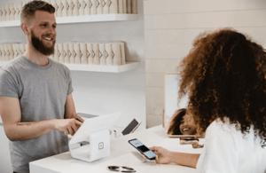 En av många touchpoints i kundens resa - till exempel när en kund går in och handlar i din affär.